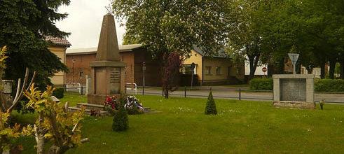 д. Клостерфельд. Памятник советским воинам на воинском кладбище.