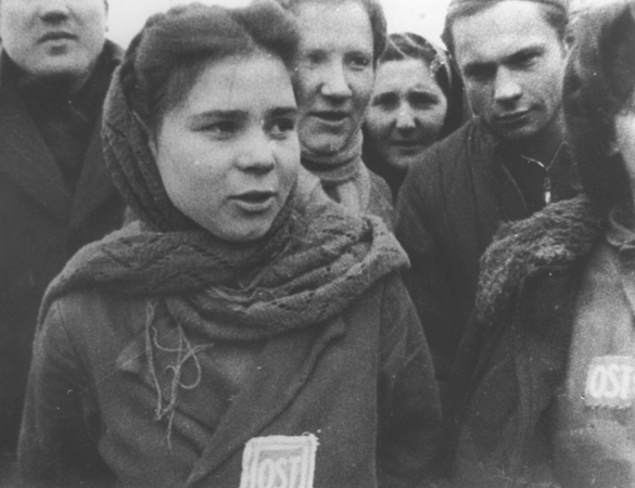 Девушка-остарбайтер с нашивкой «OST», освобожденная из лагеря под Лодзью. 1944 г.