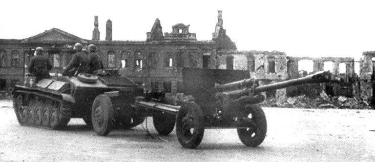 Немецкие солдаты на трофейной советской технике. Август 1942 г.