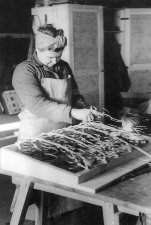 В мастерской обивки и шорно-седельных работ работают. Берлин. Январь 1945 г.