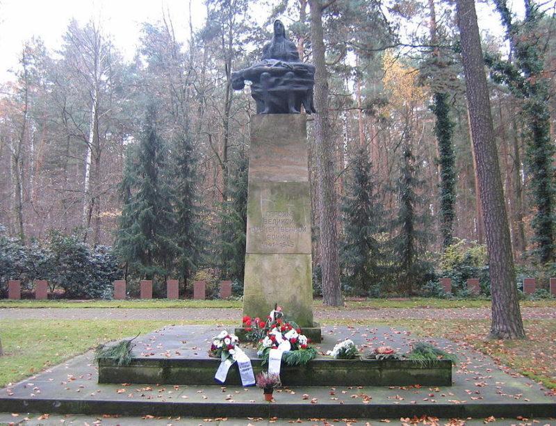 г. Коттбус. Памятник, установленный у братских могил, в которых похоронено 742 советских воина.