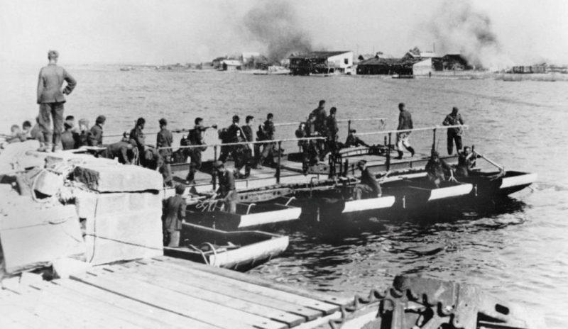 Строительство понтонного моста немцами. Август 1942 г.