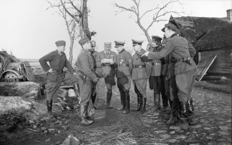 Солдаты дивизии в оккупированной деревне.