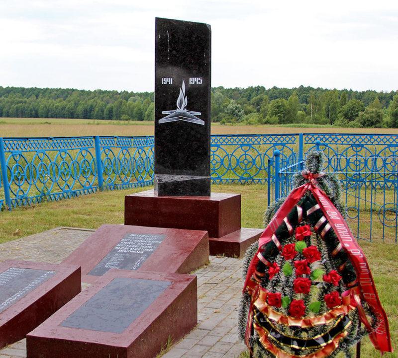 д. Малодуша Речицкого р-на. Памятник, установленный на братской могиле, где похоронено 110 погибших советских воинов.