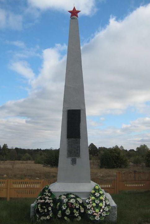 д. Щара Мостовского р-на. Памятник, установленный в 1960 году на братской могиле, в которой похоронено 85 жителей сожженной деревни.