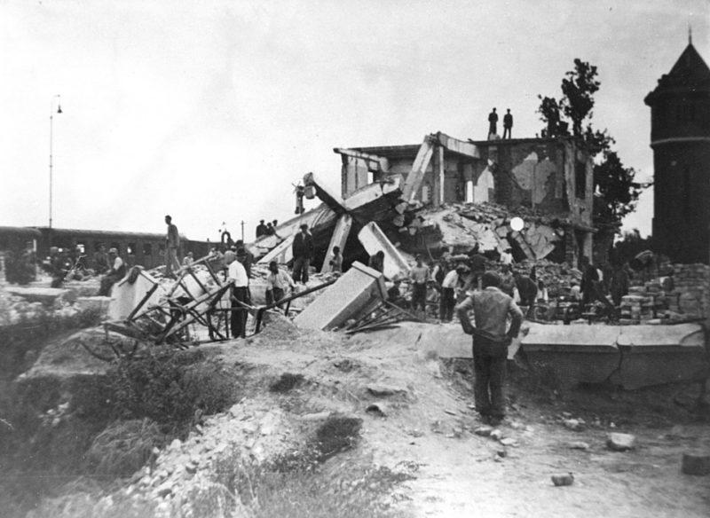 Жители разбирают завалы после американской бомбардировки. Новые замки, 14 марта 1945 г.