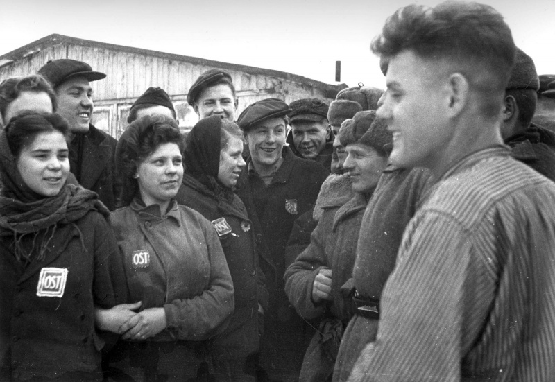 Красноармейцы беседуют с советскими остарбайтерами, работавшими на немецком заводе «Юнкерс» в городе Познань, Польша. Январь 1945 г.