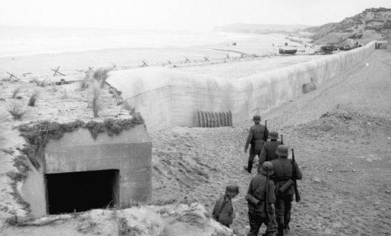 Немецкий патруль на береговой батарее. 1944 .