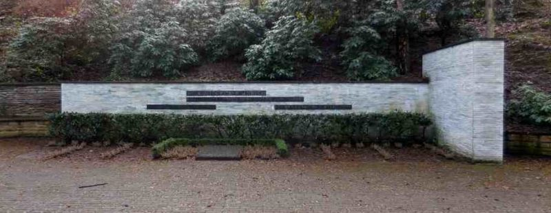 г. Лангенфельд. Памятник, установленный на братской могиле 71 жертвы войны.