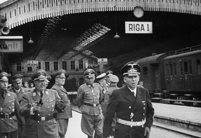 Генерал-комиссар рейхскомиссариата Остланд Генрих Лозе на Рижском вокзале в окружении свиты. 1944 г.