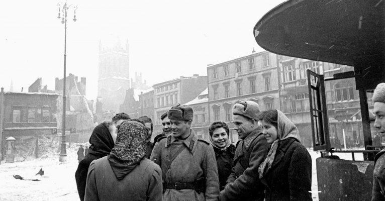 Советские подневольные работницы, освобожденные Красной Армией в городе. Февраль 1945 г.