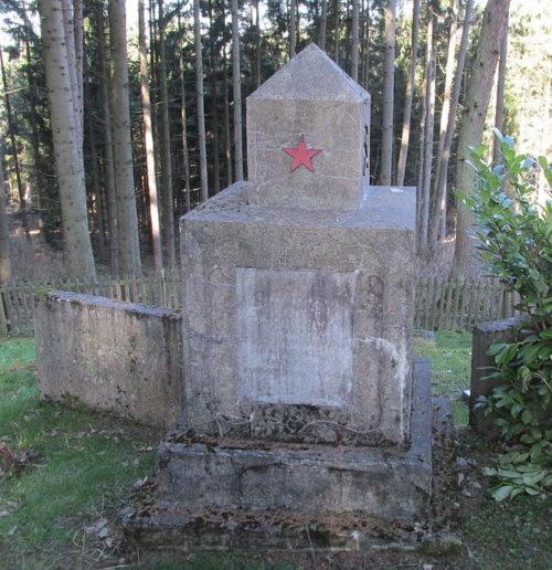 г. Леннештадт. Памятник, установленный на братской могиле, в которой похоронены советские воины.