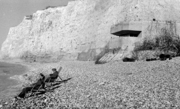 Pihenjen a tengerparton a parti akkumulátor személyzetének.  1944 g.