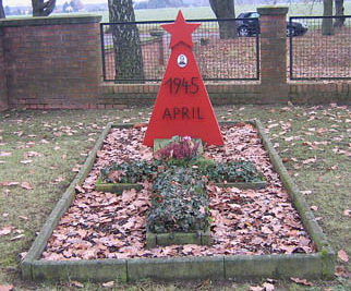 г. Коттбус-Кахрен. Памятник на кладбище, установленный на братской могиле, в которой похоронено 4 советских воина.