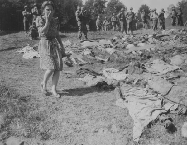 57 советских остарбайтеров были расстреляны эсэсовцами при отступлении и закопаны в лесу в братской могиле. Могилу обнаружили американские солдаты из 95-й пехотной дивизии. Зуттроп. Западная Германия. 3 мая 1945 г.
