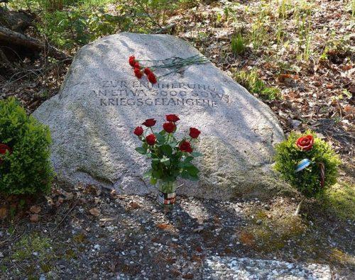 Мемориальные камни на могилах.