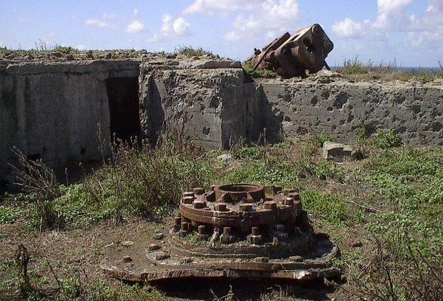 Остатки орудий на открытых позициях на острове Ille Cézembre.