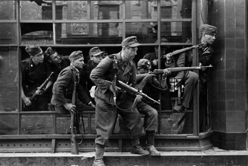 Солдаты дивизии при подавлении Варшавского восстания.