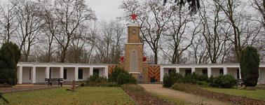 г. Лебус. Памятник, установленный у братских могил, в которых похоронено 4 537 советских воинов.
