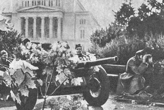 Бои за город. Сквер возле Национальной Оперы. Октябрь 1944 г.