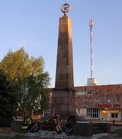 п. Любча Новогрудского р-на. Памятник, установленный на братской могиле, в которой похоронено 123 советских воинов, из них 58 неизвестных.