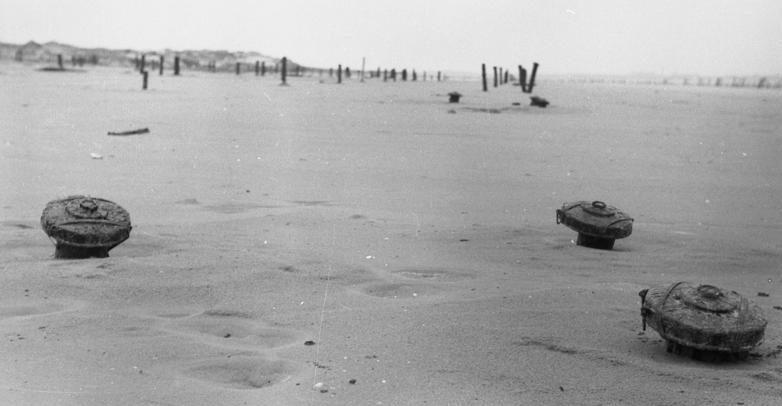Противотанковые мины на пляже. Па-де-Кале. Франция. 1944 г.