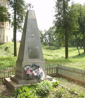 п. Любча Новогрудского р-на. Памятник, установленный на братской могиле, в которой похоронено 8 советских воинов, из них 1 неизвестный.
