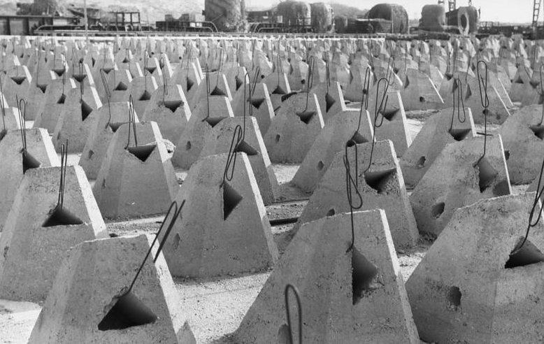 Готовые к установке «якоря для ежей». Па-де-Кале. Франция. 1944 г.