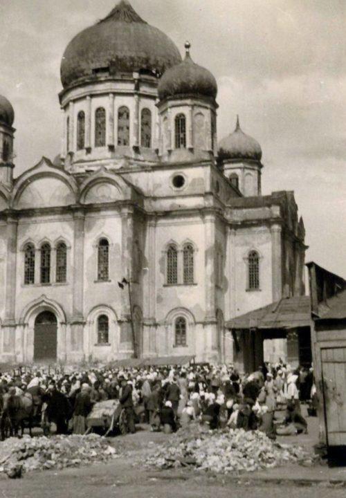 Торговля возле собора Рождества Пресвятой Богородицы на Старом базаре. Август 1942 г.