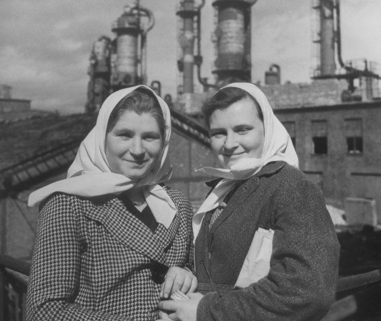 Советские подневольные работницы, освобожденные в городе. Апрель 1945 г.
