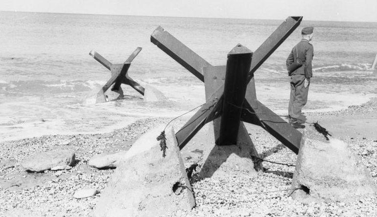 Противотанковый «еж с якорями» на пляже. Па-де-Кале. Франция. 1944 г.