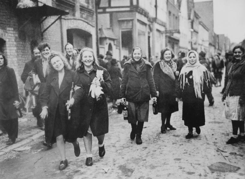 Освобожденные подневольные рабочие из Польши, СССР и Франции на улице немецкого города Липпштадт. Апрель 1945 г.