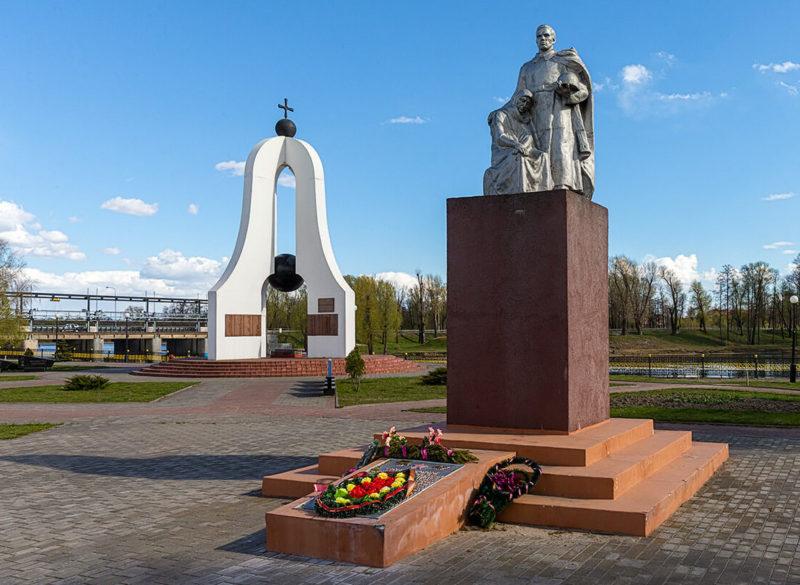 г. Добруш. Мемориальный комплекс «Память», на котором увековечено имена 700 воинов, отдавших жизни во время обороны города.