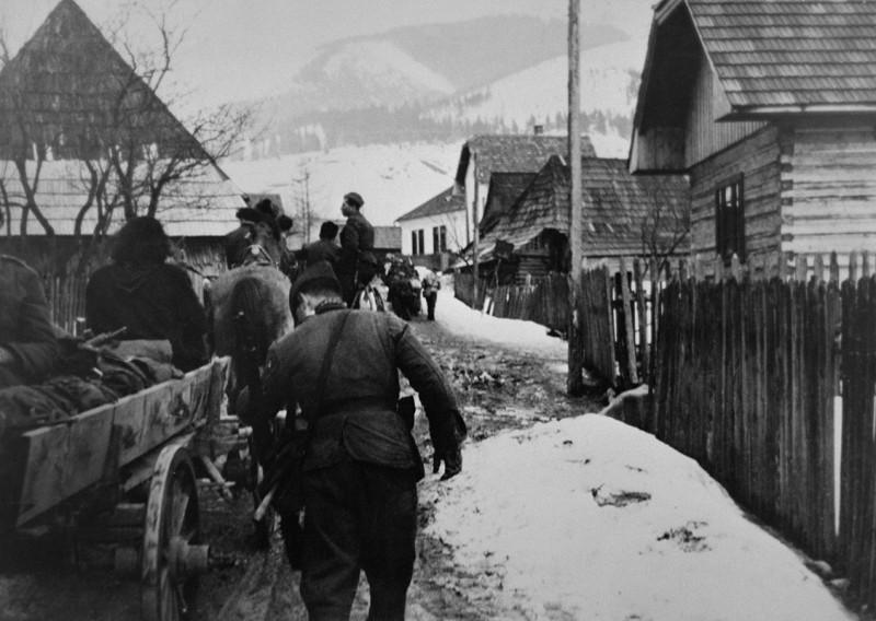 Партизанская бригада проходит село. Март 1945 г.