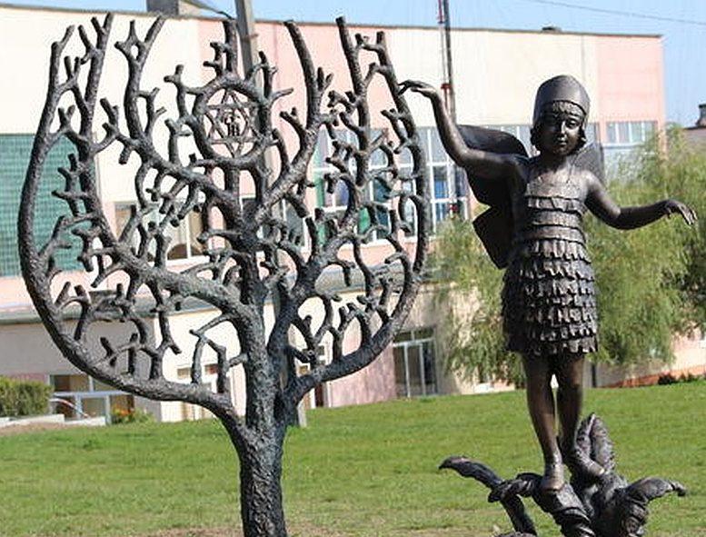 г. Новогрудок. Памятник детям — жертвам Холокоста, установленный на месте гетто.