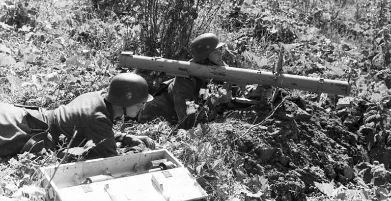 Солдаты дивизии с Панцершреком. Август 1944 г.