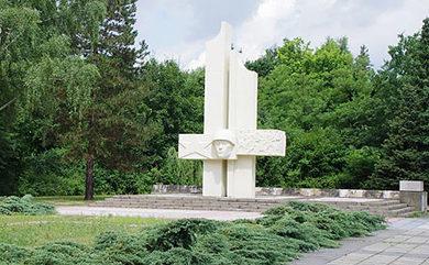 г. Люббен. Памятник, установленный у братских могил, в которых похоронено 207 советских воинов.