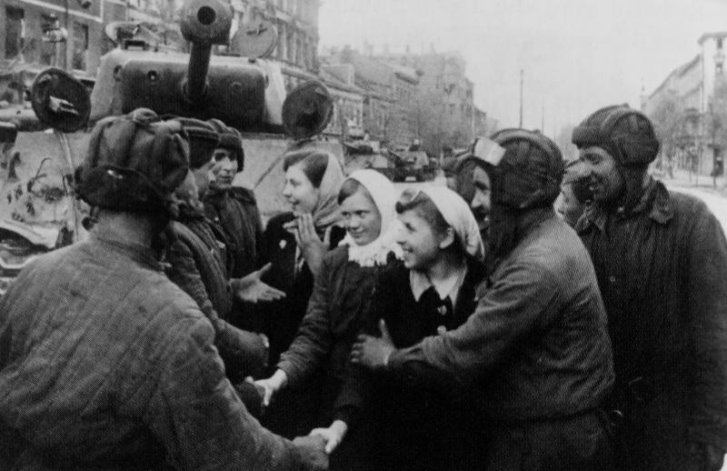 Освобожденные украинки благодарят советских танкистов за освобождение из неволи. Май 1945 г.