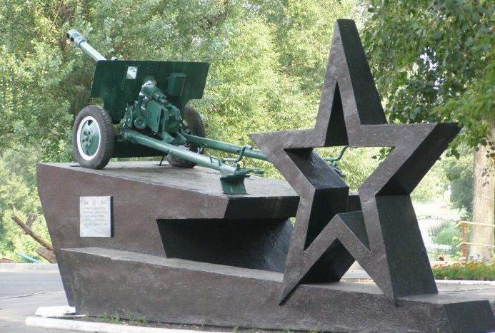 г. Добруш. Памятник-орудие ЗИС-3 установлено в память о воинах 73-й Новозыбкоской дивизии, освободивших город в октябре 1943 года.