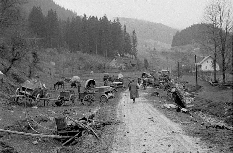 Разбитый немецкий обоз в горах. Март 1945 г.