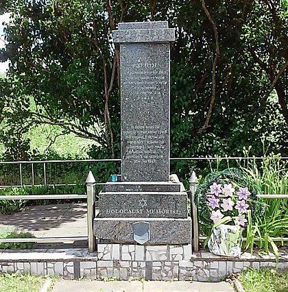 г. Новогрудок. Памятник, установленный на братской могиле, в которой похоронено 950 узников Любчанского гетто.