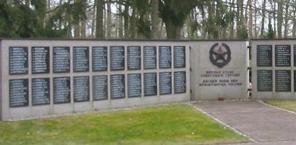 г. Людвигсфельде. Памятник, установленный у братских могил, в которых похоронен 391 советский воин.