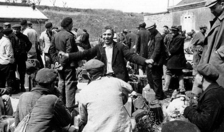 Советские подневольные работники, использовавшиеся немцами в организации Тодта, освобожденные американскими войсками в Шербуре. Июнь 1945 г.