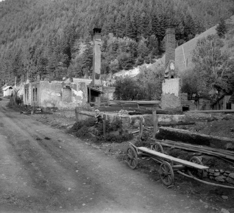 Сожженная карателями деревня в горах. Апрель 1945 г.
