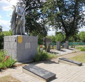 д. Марьино Добрушского района. Памятник установлен на братской могиле, в которой похоронено 287 советских воинов, погибших в 1943 году.