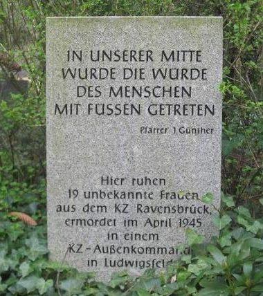 г. Людвигсфельде. Памятник на братской могиле заключенных, погибших в концлагере Ravensbrück.