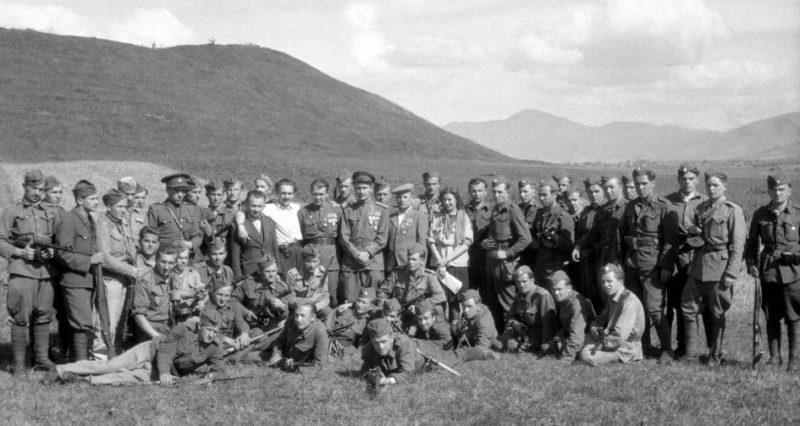 Коллективное фото партизанского отряда. Апрель 1945 г.