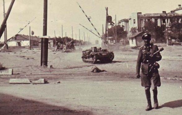 Немецкий офицер в районе нынешней Комсомольской площади. Август 1942 г.