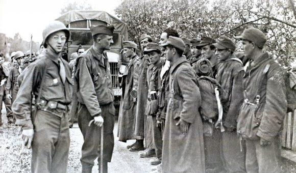Расстрел французами 12 пленных своих земляков из 33-й дивизии СС. 8 мая 1945 г.