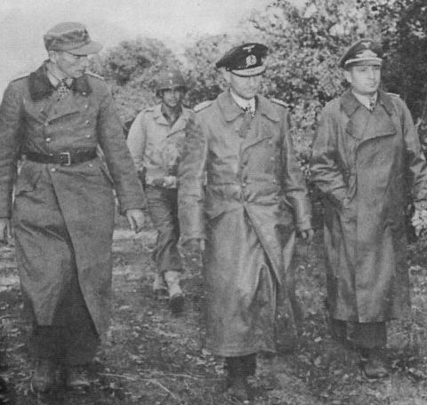 Генерал-майор Ханс фон-де-Мозель и другие немецкие офицеры сдаются в Бресте.